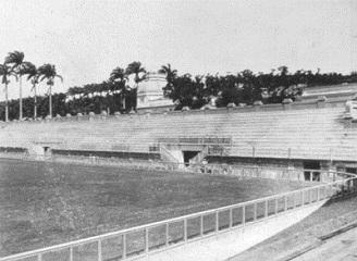 As arquibancadas do lado oposto já prontas, eram mais inclinadas e ainda não havia o segundo lance. A capacidade de público no anel do moderno estádio era bem maior