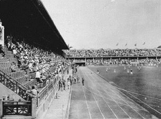 Dia de jogo, estádio cheio. Em detalhe a pista de atletismo. (Acervo do F.F.C.)