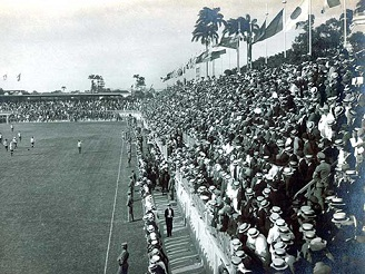 O estádio estava sempre lotado. O terno e o chapéu de palhinha era a vestimenta dos grandes eventos.